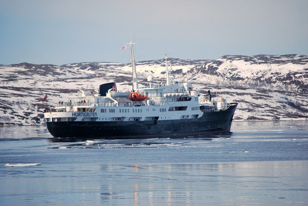 MS Lofoten sails through the ice at Kirkenes. * Photo: Ted Scull