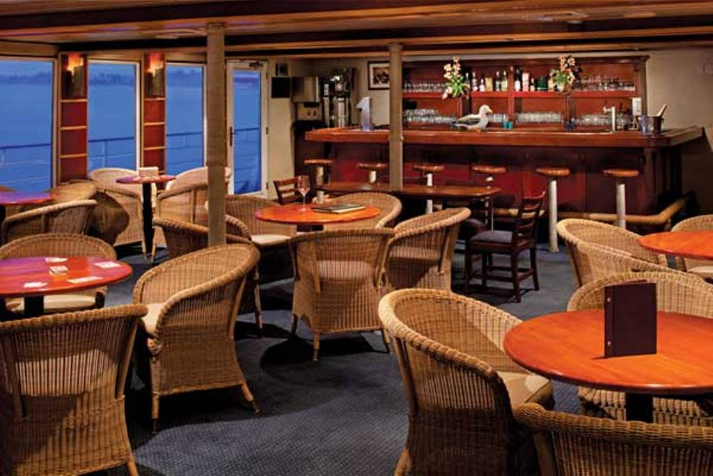 Safari Voyager's Bar. * Photo: Un-Cruise Adventures.