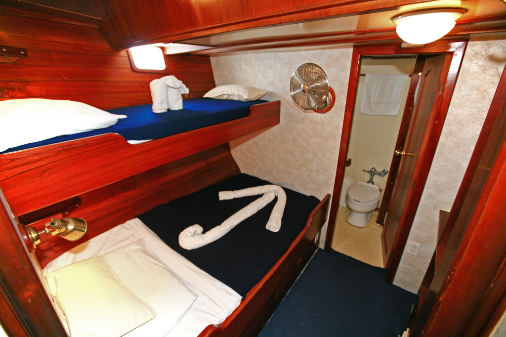 A cozy and very nautical Diamant cabin. * Photo: Island Windjammers