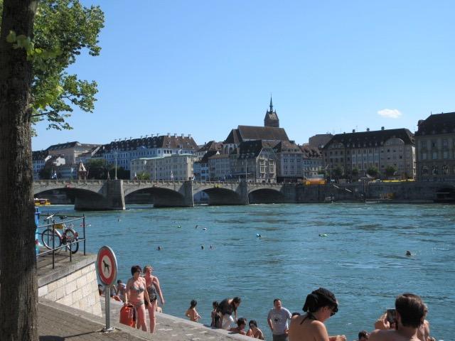 """""""Rheinschwimmen"""" in Basel. * Photo: Heidi Sarna"""