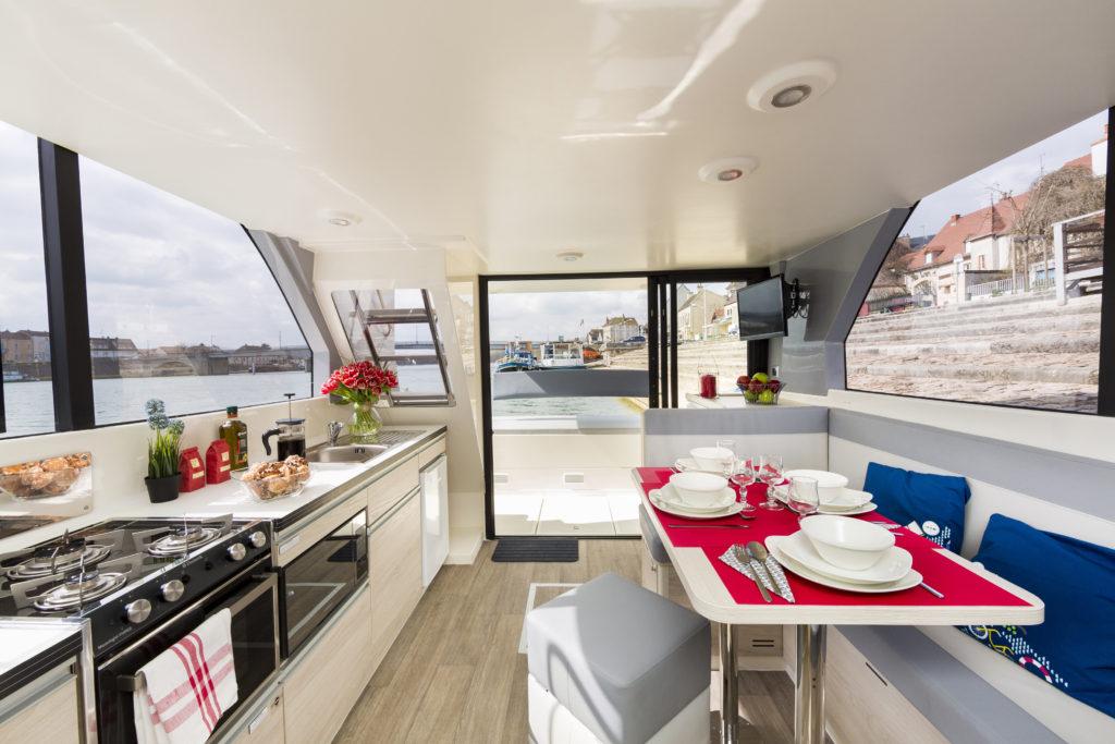 Horizon kitchen and saloon. * Photo: Le Boat