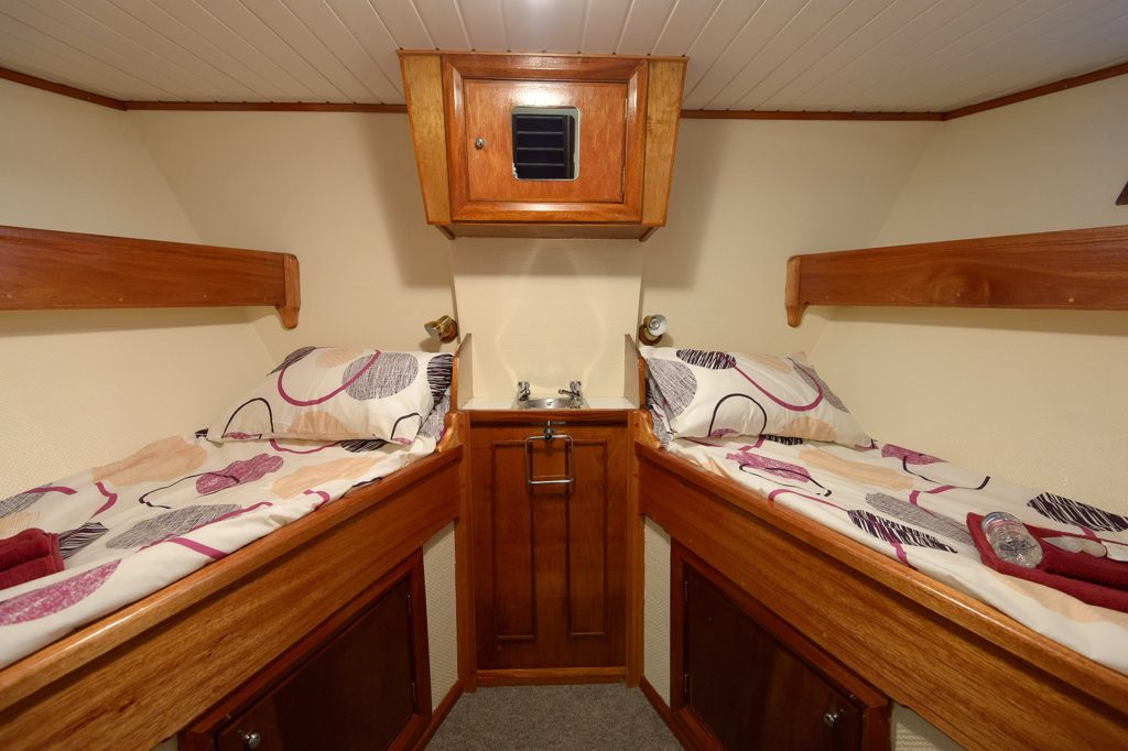 Twin-berth cabin, ELIZABETRH G. * Photo: Hebrides Cruises